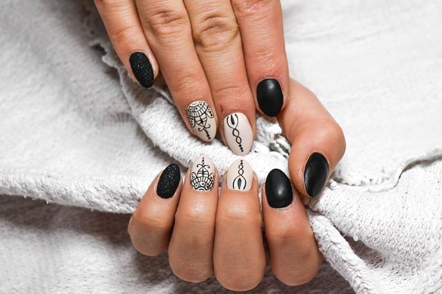 černo-bíle nehty