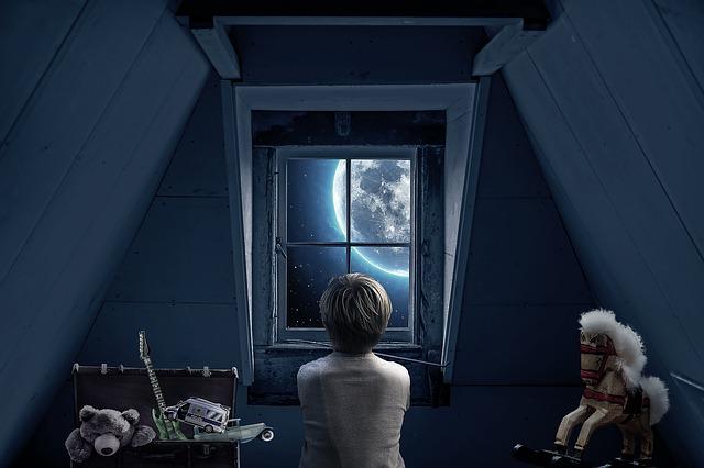 Chlapec pozerá z okna, podkrovie, rozprávkové