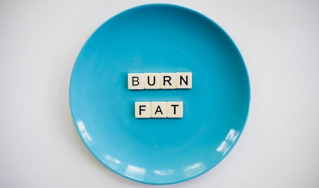 """Modrý tanier s nápisom """"spáľte tuk"""""""