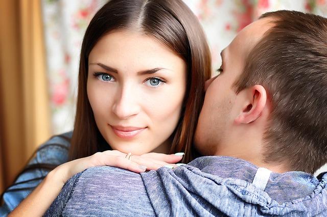 Žena s modrými očami objíma muža v modrom tričku.jpg