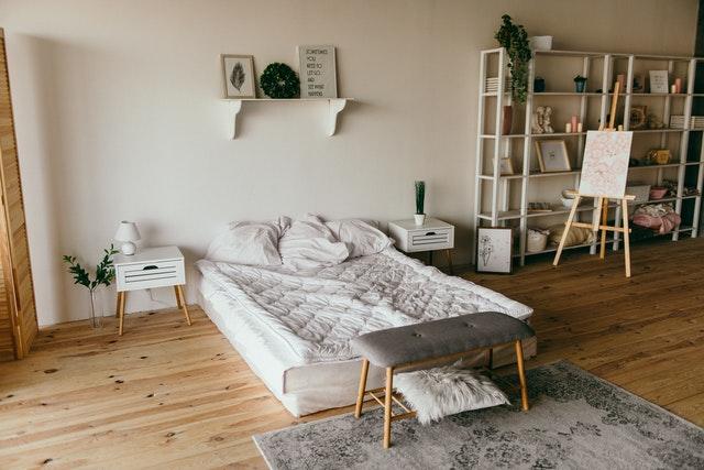 Matrac položený na drevenej podlahe